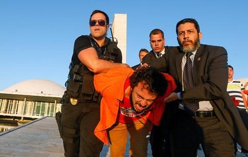 BRASILIA, DF, BRASIL, 16-06-2015, 17h00: Funcionários da Petrobras que protestavam na galeria do plenário do senado federal são retirados à força pela segurança da casa. Eles vieram acompanhar uma votação que deve ocorrer no senado que altera as regras de partilha do pré-sal. Pelo menos dois foram presos e a polícia legislativa usou cassetetes e técnicas de imobilização para retirar os manifestantes do congresso. (Foto: Pedro Ladeira/Folhapress, PODER)