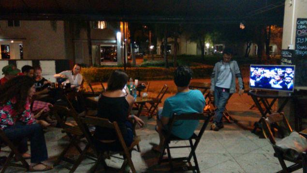 """""""Fico surpreso quando eles falam 'fora a corrupção'. Eles falam isso de frente para a corrupção, na frente do Eduardo Cunha"""", reclama o jornalista Júlio Araújo, que assiste à votação em um bar em Brasília."""