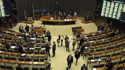 Embora o painel marque presença de 455 deputados, plenário da Câmara já está praticamente vazio. Presidente da Casa, Rodrigo Maia (DEM-RJ) não chegou nem a entrar no espaço de votações. Acompanha julgamento de casa.