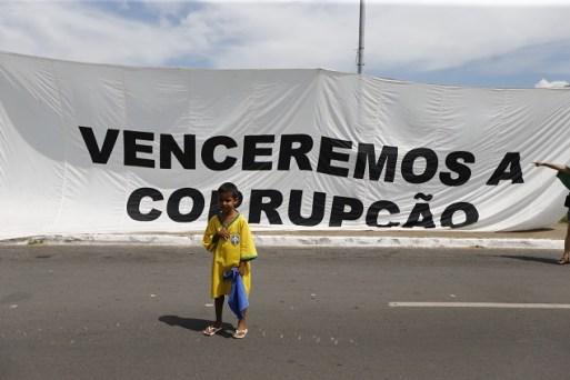 Manifestantes fazem protesto contra a corrupção e a favor da lava jato em frente ao Congresso nacional. Eles pedem o fim do foro privilegiado e não a lista fechada nas eleições. Em 26.mar.2017
