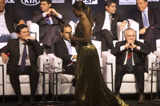 A atriz Juliana Paes passa por Moro e Temer durante a premiação Brasileiros do Ano, em São Paulo