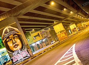 Grafites feitos nas pilastras do Minhocão já começaram a ser cobertos de tinta, alguns já não podem ser vistos