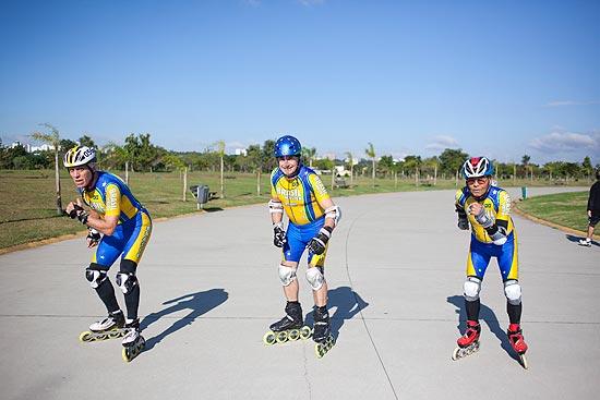 Almir Gonçalves, Luiz Giácomo e Koji Teramito treinam patinação de velocidade no parque Villa-Lobos