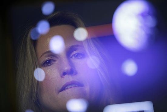 Barbara Barclay, gerente geral da empresa Tobii nos EUA, testa jogo na plataforma controlada pelo olhar