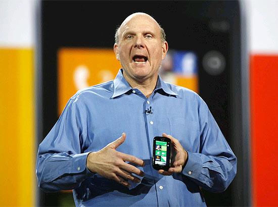 Steve Ballmer, executivo-chefe da Microsoft, segura um aparelho com o Windows Phone 7