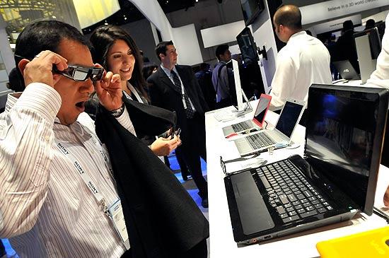 Visitantes da feira CES, em Las Vegas, testam notebook da Sony que exibe imagens em 3D
