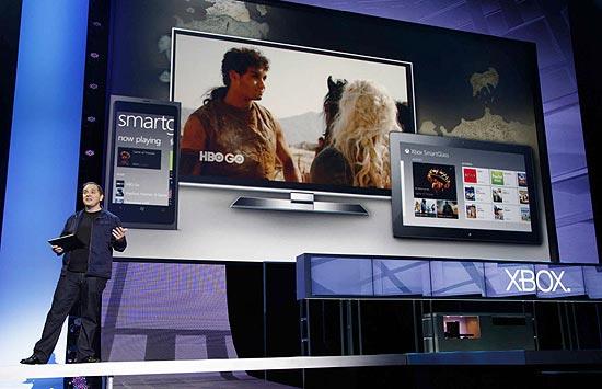Marc Whitten, gerente-geral da Xbox Live, apresenta o SmartGlass durante conferência pré-E3 da Microsoft