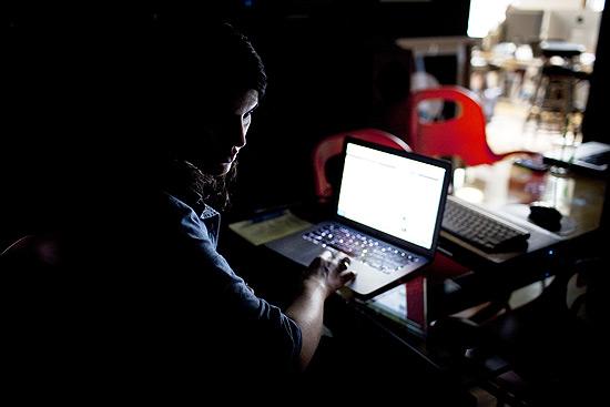 Jessica, 27 anos, se incomoda com o fato de que seu pai (com quem rompeu contato) acompanha o que ela escreve em redes sociais