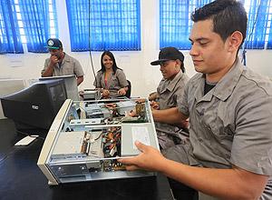 Edigelson de Menezes Ferreira, 20, na oficina de desmontagem do projeto C3RCO, que recondiciona PCs e os encaminha para salas de inclusão digital de Osasco (SP)