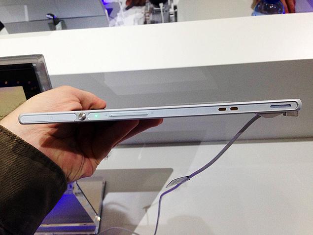 Xperia Z tem espessura de 6,9 mm (ante 9,4 mm do iPad) e pesa 495 g (contra os 662 g da versão com 4G do tablet da Apple)