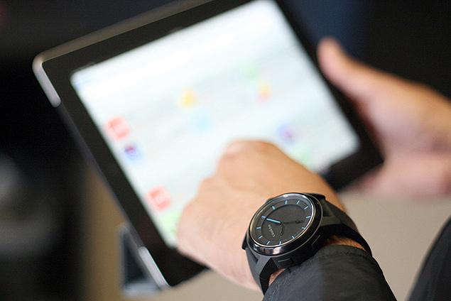 Relógio que avisa quando chega uma mensagem no smartphone, da empresa Cookoo