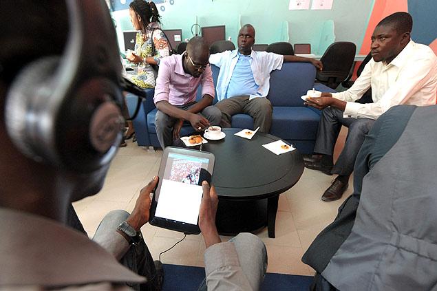 """Clientes usam tablets durante a inauguração do que seria o primeiro """"tabletcafé"""" do mundo, em Dacar (Senegal)"""