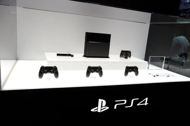 Console PlayStation 4, com controles e câmera, expostos durante feira de games E3