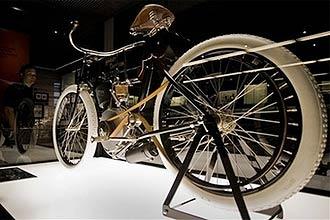 Serial Number One está exposta no museu; modelo construido por volta de 1903 tem pedal e um pequeno motor acoplado ao quadro