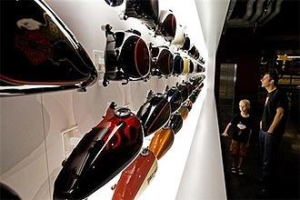 Além de ver diversas peças, como esses tanques de combustivel, o visitante pode subir em uma Harley e escutar o som do motor