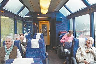 Vagões com imensas janelas panorâmicas permitem aos passageiros descobrir paisagens recônditas e montanhas nevadas