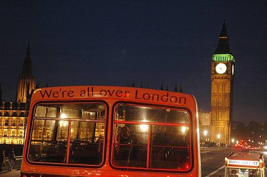 Ônibus turístico em Londres, com torre do Big Ben ao fundo; cidade se prepara para as Olimpíadas