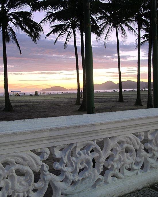 Vista da praia de Santos diante da praça das Bandeiras ao anoitecer