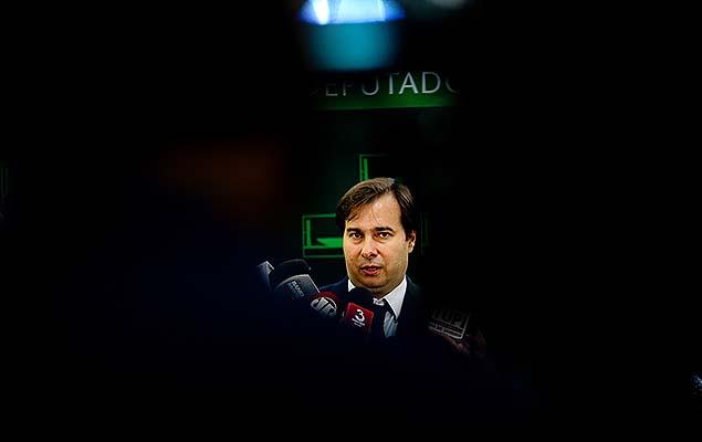 Presidente da Câmara, Rodrigo Maia, conversa com jornalistas no Salão Verde da Casa, em Brasília