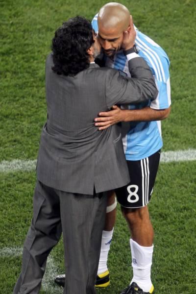 Fora do time contra a Coreia do Sul, Maradona beija Verón, após substituição no jogo contra Nigéria
