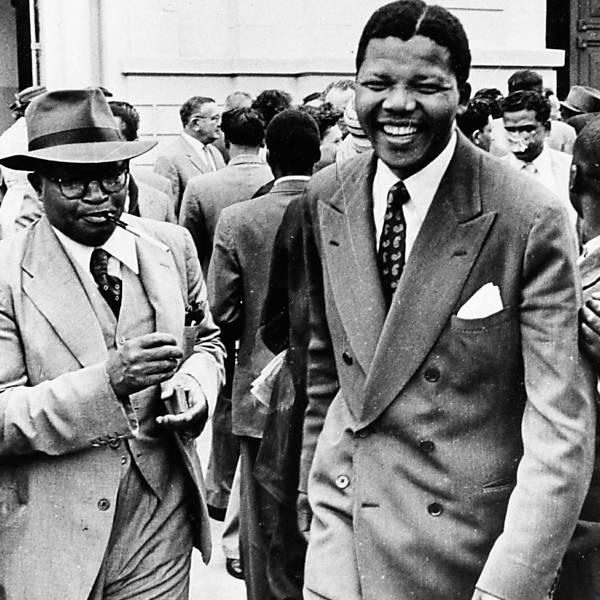 Em agosto de 1958,Mandela deixa sinagoga usada como tribunal, em Pretória, após primeiro julgamento por traição