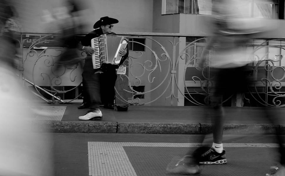 """""""Tocar na banda pra ganhar o quê?"""", faz parte da exposição de Otavio Valle. Leia matéria"""