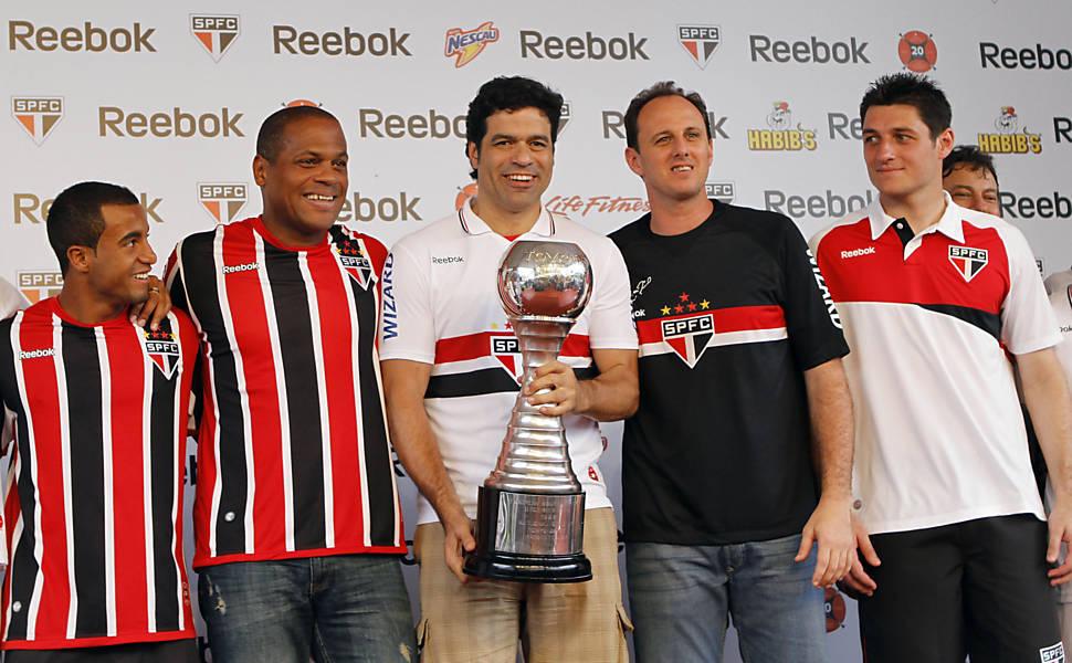 Ronaldão, Raí, Ceni e Dênis posam com um dos troféus de campeão mundial