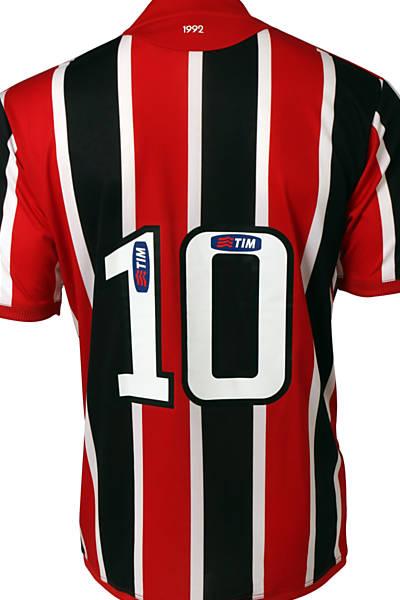 A camisa com listras que o clube usará em 2012