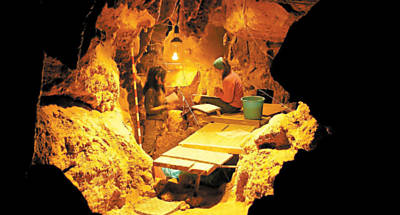 Cientistas trabalham na caverna espanhola de El Sidrón, localizada no norte do país, que era habitada por neandertais