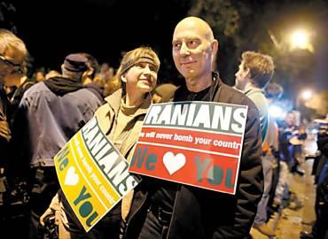 """Protesto em Tel Aviv contra ameaça israelense de atacar o Irã (no cartaz, os dizeres """"nunca bombardearemos seu país"""")"""