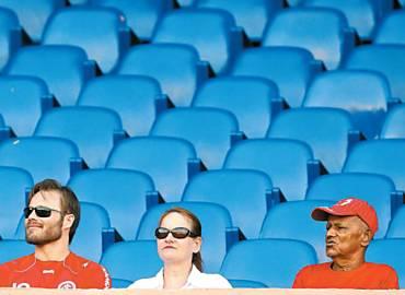 Torcedores do Inter em jogo que teve 176 pagantes no Serra Dourada, casa do Atlético-GO