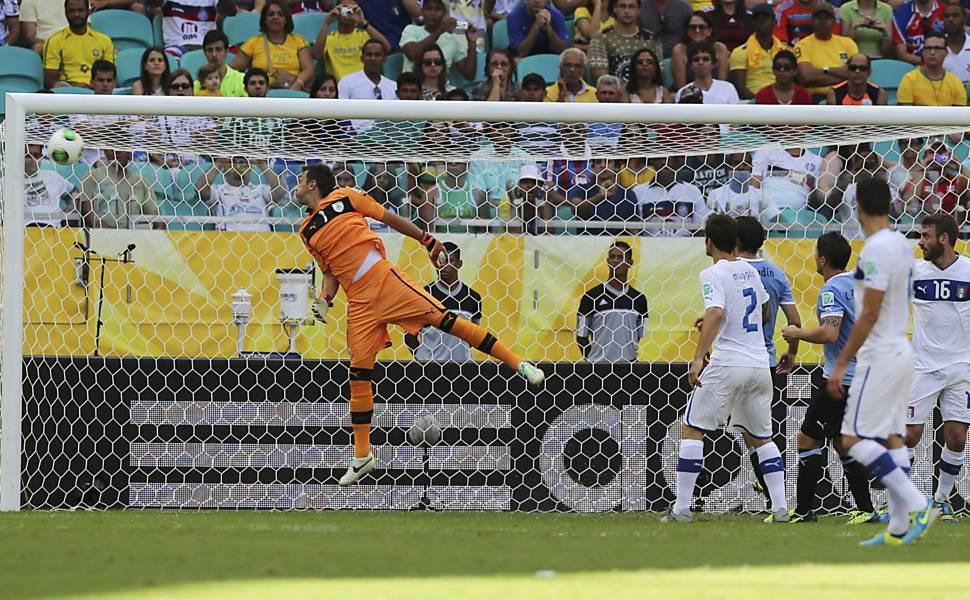 O goleiro uruguaio Fernando Muslera observa a bola bater na trave no gol de Astori, durante a disputa do terceiro lugar entre Uruguai e Itália, em Salvador. Ao fundo, a estação meteorológica WS 301 (Lufft) com pluviometro de bascula (DeltaOhm)