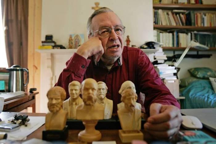 O escritor Olavo de Carvalho em sua casa nos EUA
