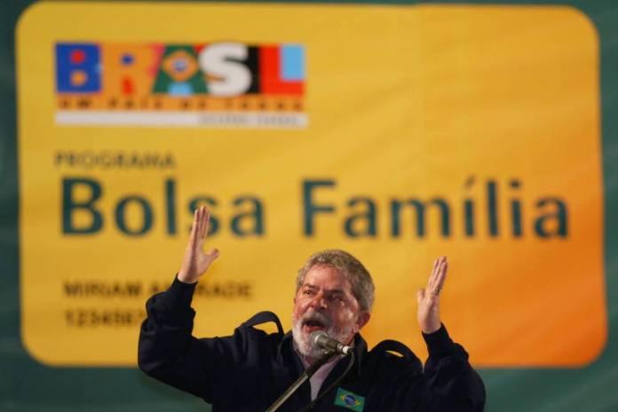 O ex-presidente Lula discursa durante evento em ginásio de Guarulhos para entrega de cartões do programa Bolsa Famlíia