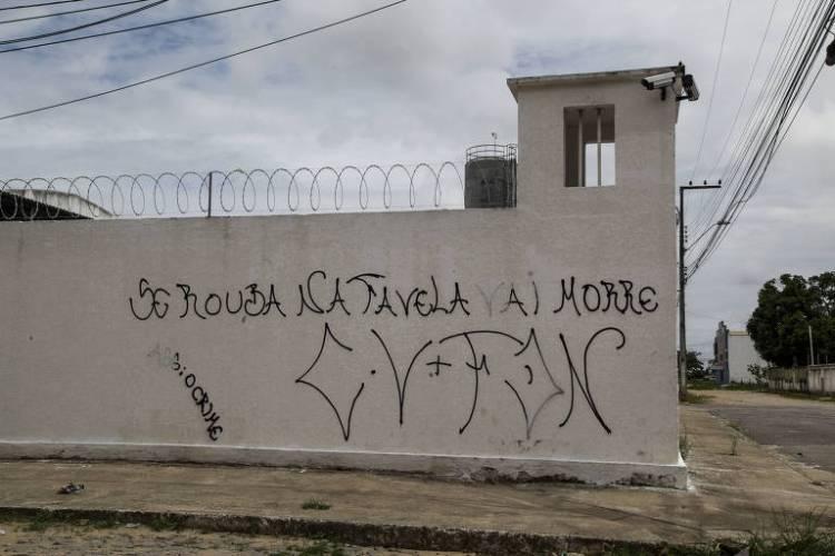 Facções criminosas deixam recados nos muros de Fortaleza com orientações e ameaças à população