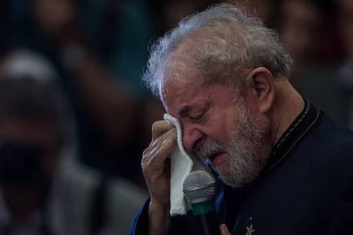 Ex-presidente Lula chora ao falar ao microfone da ex-mulher Marisa Letícia.