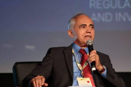 O presidente do Tribunal de Contas da União (TCU), ministro Raimundo Carreiro, fala ao microfone durante evento em São Paulo