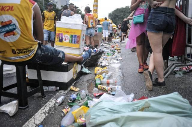 Desfile na 23 de Maio tem lixo e aglomerações