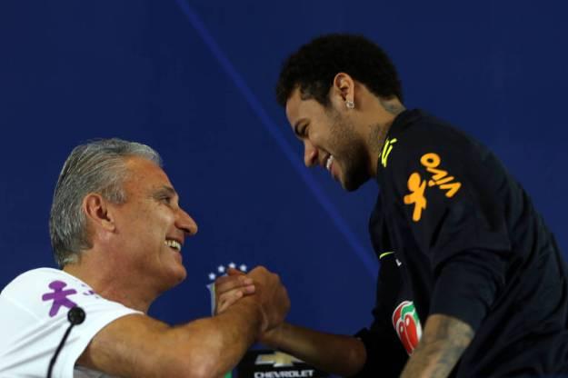 Neymar e Tite se cumprimentam em coletiva da seleção brasileira