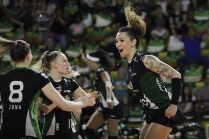 Tiffany Abreu comemora com outras jogadoras do Bauru um ponto marcado durante jogo de vôlei