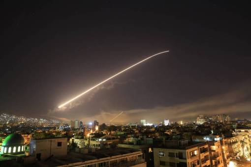 Míssil cruza céu em Damasco, na Síria