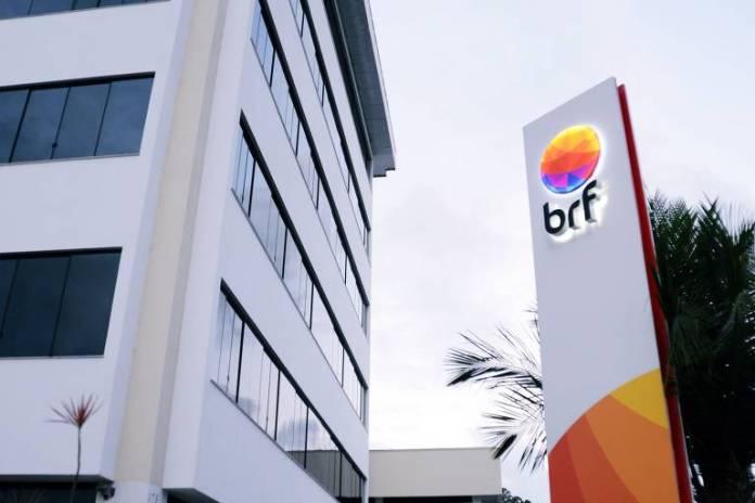 Fachada da BRF em Itajaí (SC). A Perdigão foi fundada em Videira (SC) em 1930. A Sadia foi fundada em Concórdia (SC) no início da década de 1940. Quando as duas iniciam a fusão, em 2009, dão origem à BRF, que estabelece sua sede Itajaí.