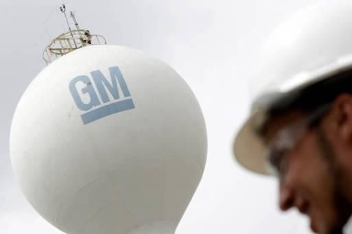 prédio de fábrica com logo da GM