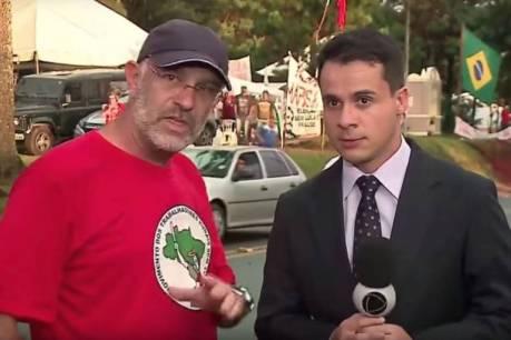 Milton Simas, presidente do Sindicato dos Jornalistas do Rio Grande do Sul, durante abordagem a repórter Marc Sousa, da Record, que estava próximo a acampamento pró-Lula em Curitiba (PR)