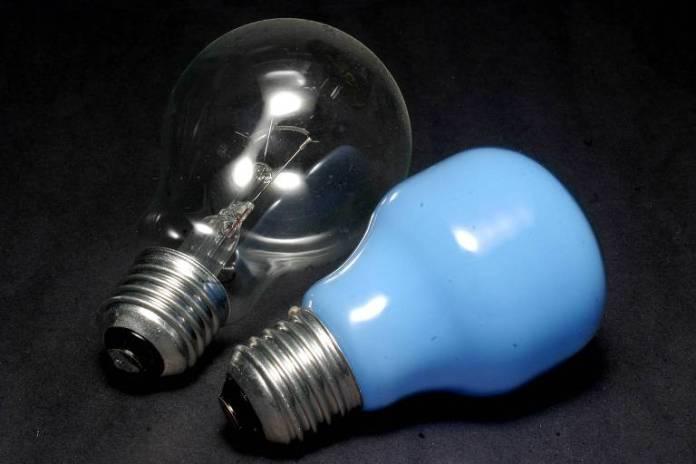 Substitua as lâmpadas incandescentes (foto) e fluorescentes por lâmpadas de LED. As lâmpadas de LED duram em média 16 anos, cinco vezes mais que uma lâmpada fluorescente compacta