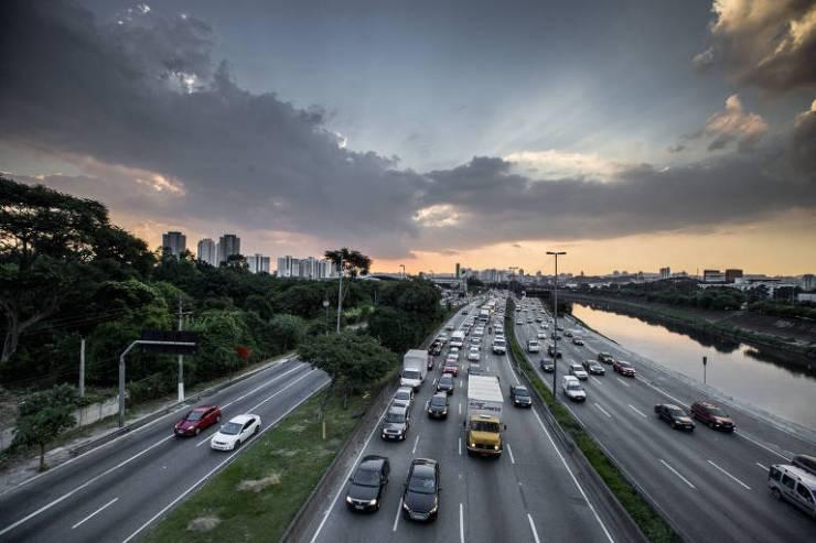 Trânsito na marginal Tietê na altura da ponte Júlio de Mesquita (zona norte de São Paulo)