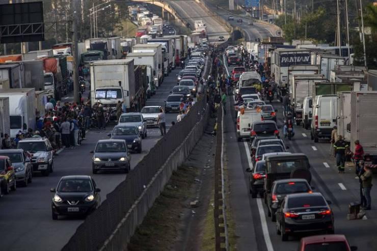 Bloqueio de caminhões na rodovia Régis Bittencourt