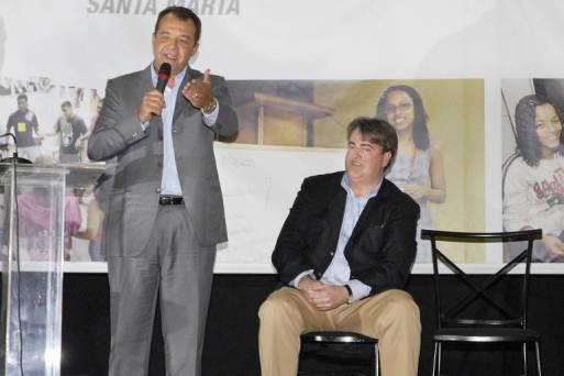 O ex-governador Sérgio Cabral (MDB) e o empresário Jonas Suassuna em evento da Secretaria de Educação na favela Dona Marta