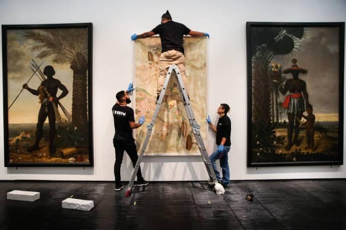 Montagem da Exposição Afro-Atlântica, que ocupa grande parte do Masp