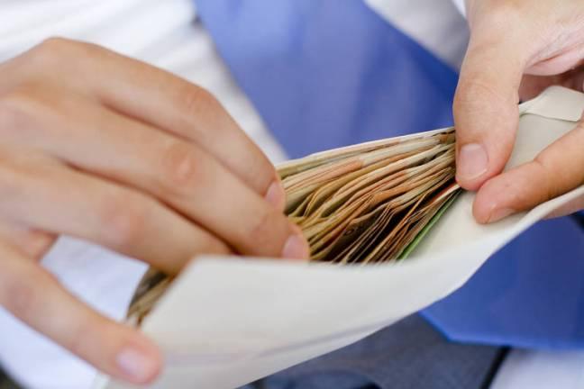 Dívidas caras: se você tem mais de uma dívida e o 13º salário não consegue cobrir tudo, dê preferência àquelas que cobram juros maiores, como as do rotativo do cartão de crédito (quando o cliente não paga a fatura inteira) e do cheque especial